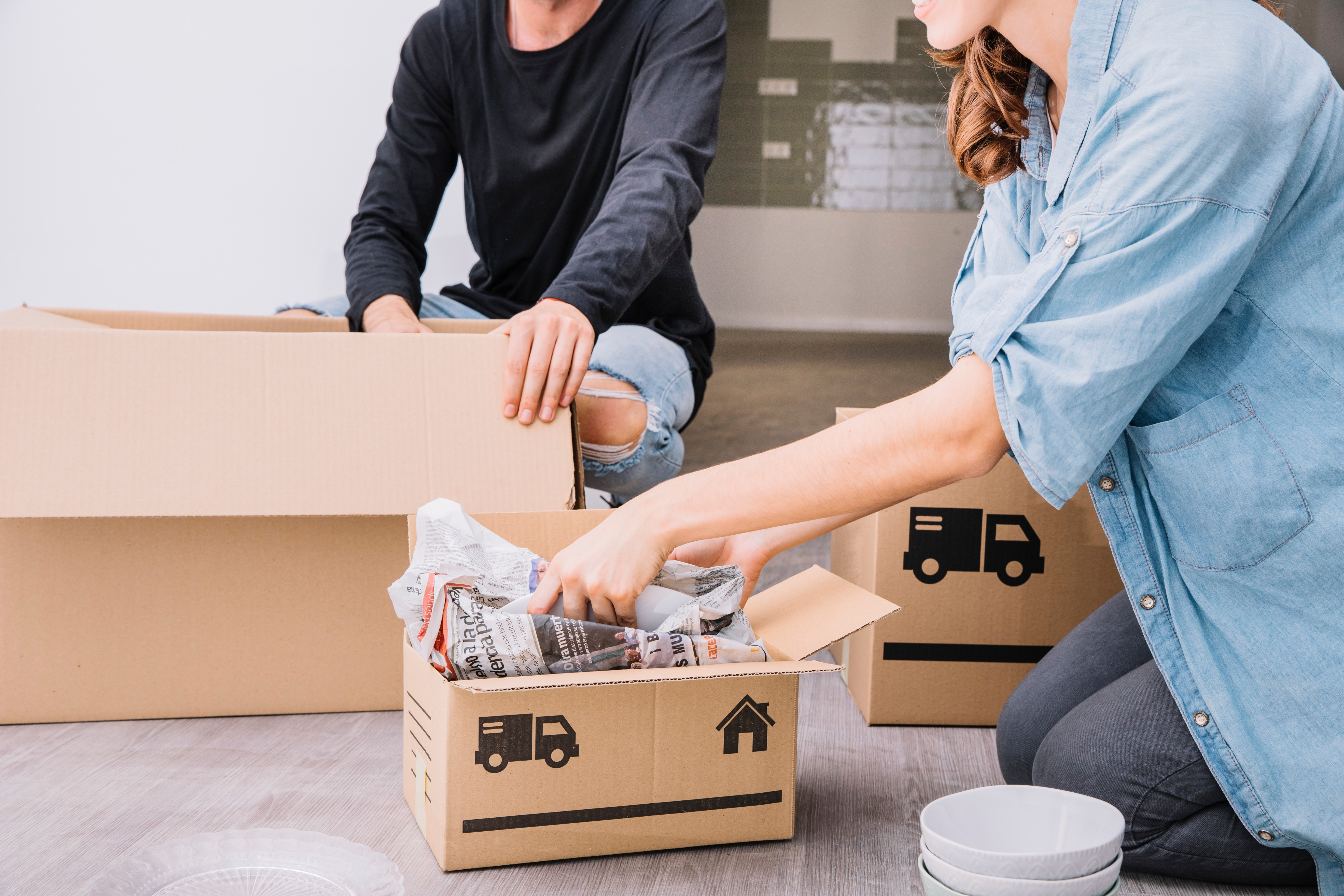 """זוג פורק קופסאות לאחר קבלת שירותי הובלות בחולון ע""""י באקו הובלות"""