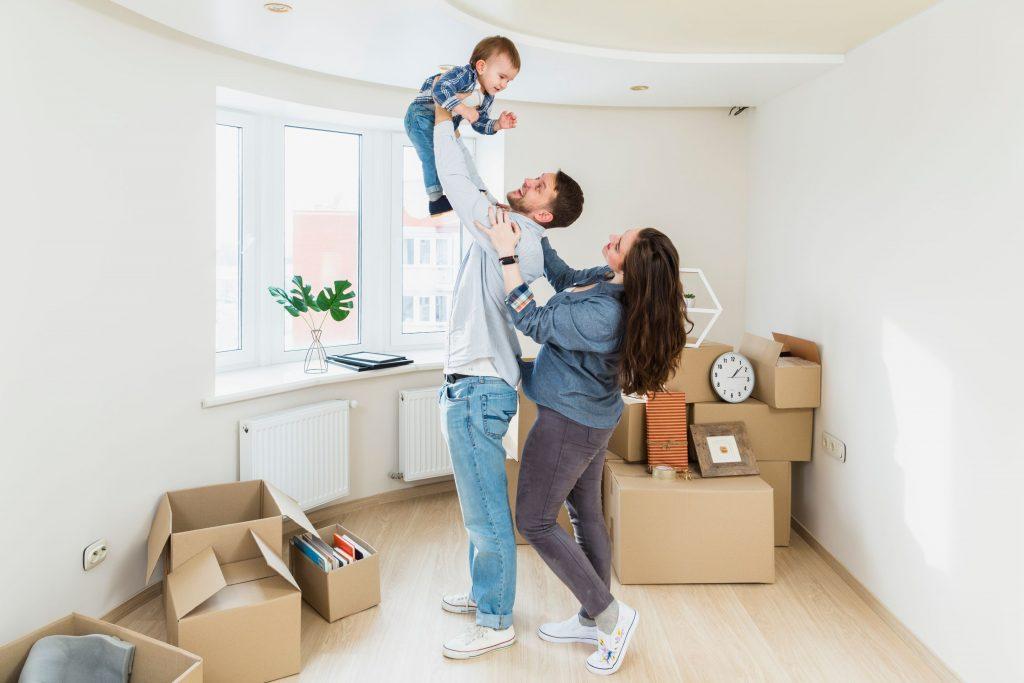 זוג וילד מרוצים לאחר הובלות דירה